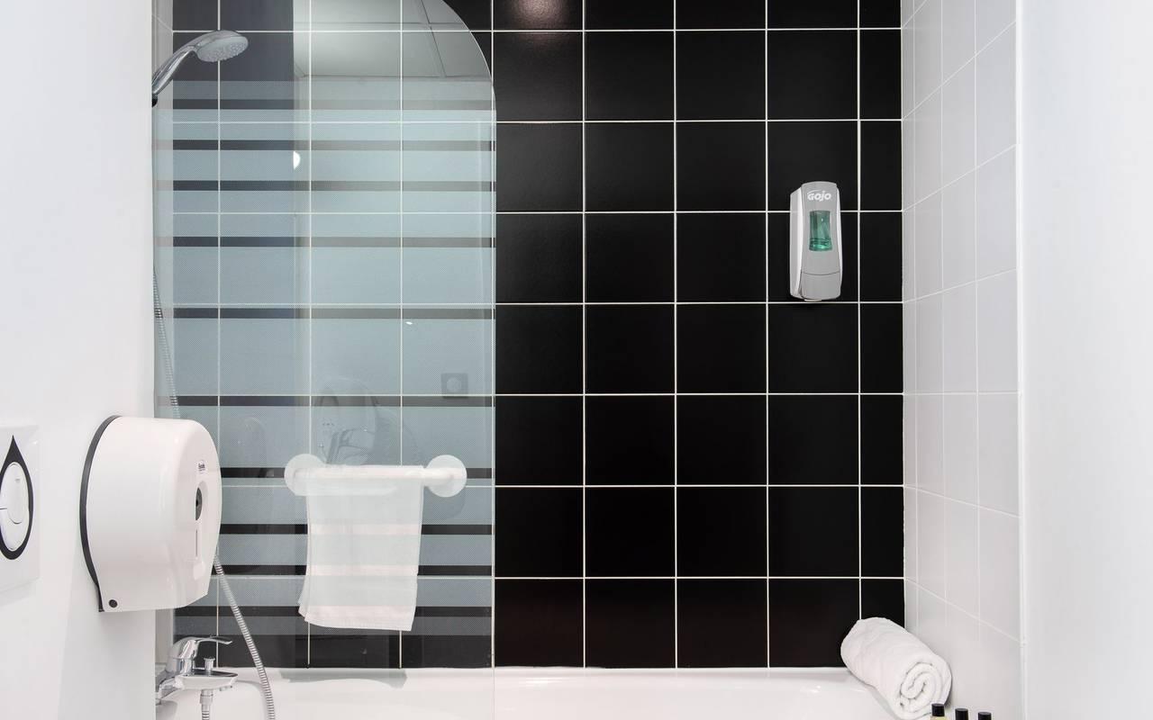 bathroom with bathtub, hotel Hautes Pyrénes, hôtel Panorama