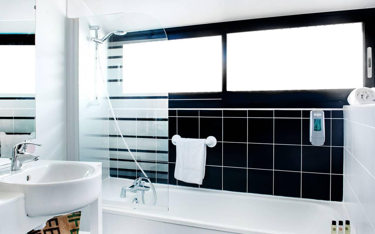 Bathroom with bathtub, accomodation Occitanie, hotel Panorama