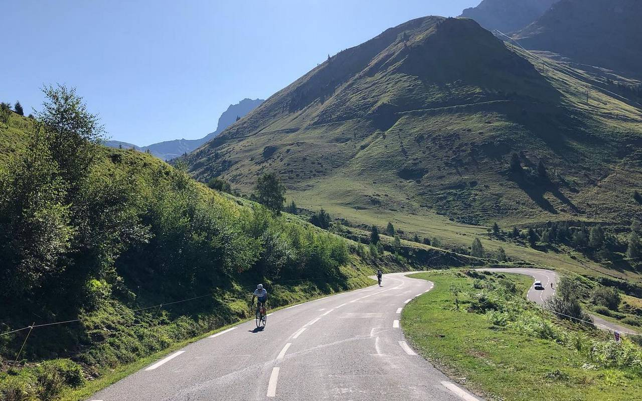 People doing bycicle, pyrenees cycling holidays, hotel panorama