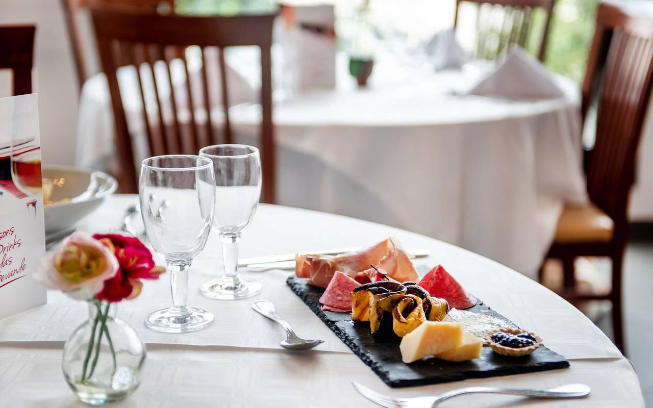 Assiette sur la table, hotel restaurant à Lourdes, hôtel Panorama